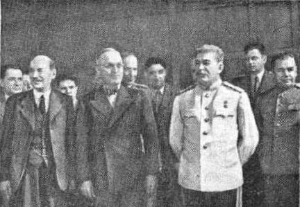 И. В. Сталин, Трумэн и Эттли в зале заседаний перед началом работы Берлинской Конференции. июль 1945