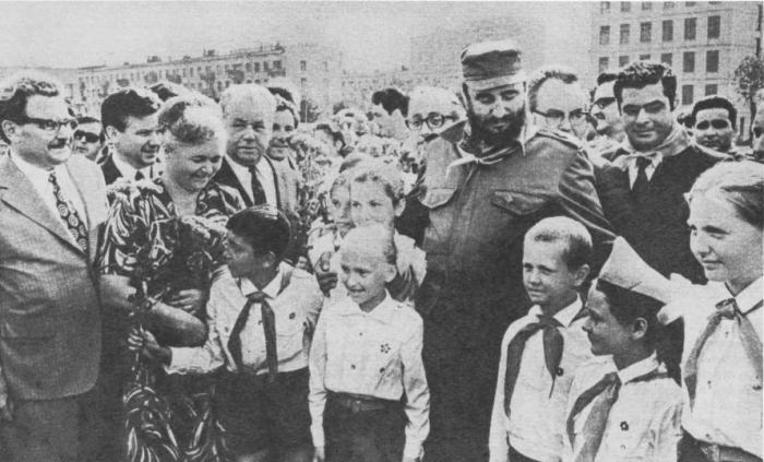 Фидель Кастро и А. П. Кириленко у здания Гагаринского райкома КПСС