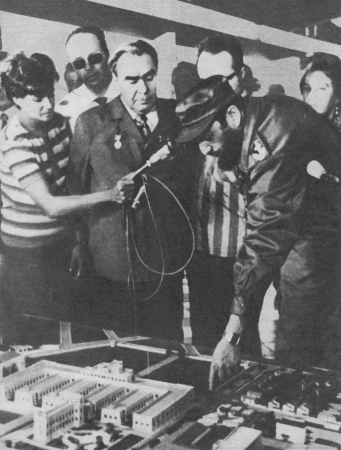 Л. И. Брежнев, Фидель Кастро и другие советские и кубинские товарищи осматривают исторический музей «26 июля» в городе Сантьяго-де-Куба