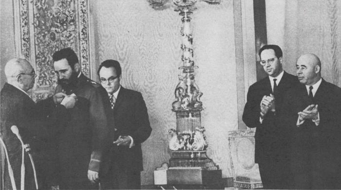 Н. В. Подгорный вручает орден Ленина Фиделю Кастро