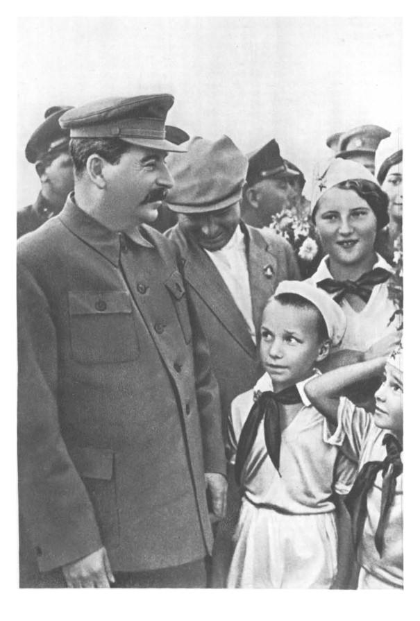И. В. Сталин среди детей на Тушинском аэродроме. 1936 г.