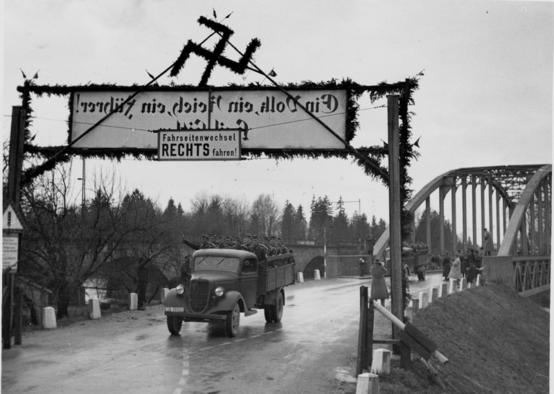 Подразделения СС переходят бывшую границу Австрии. Март 1938