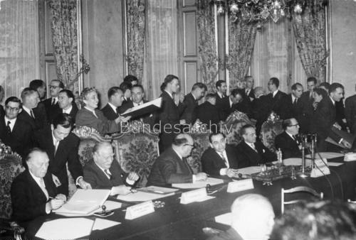 К. Аденауэр подписывает Парижские соглашения 23 октября 1954