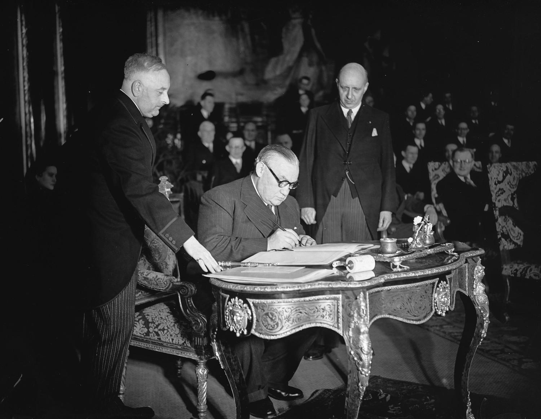 Эрнест Бевин подписывает Брюссельский договор 17 марта 1948