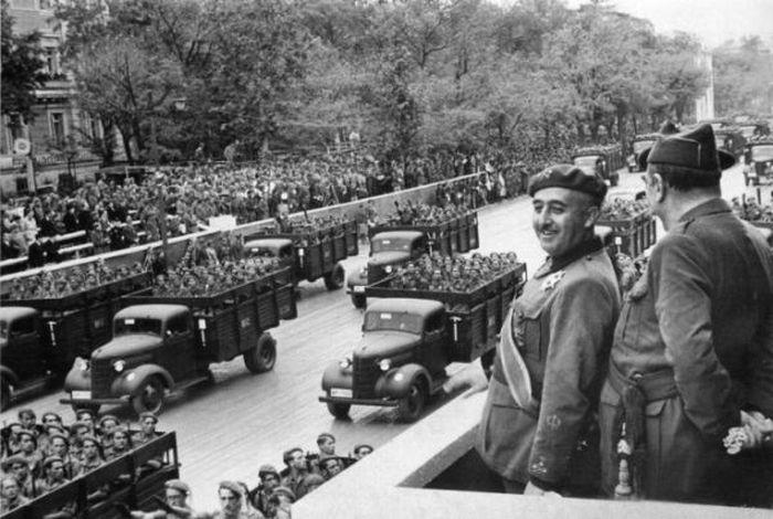 Ф. Франко принимает парад своих войск