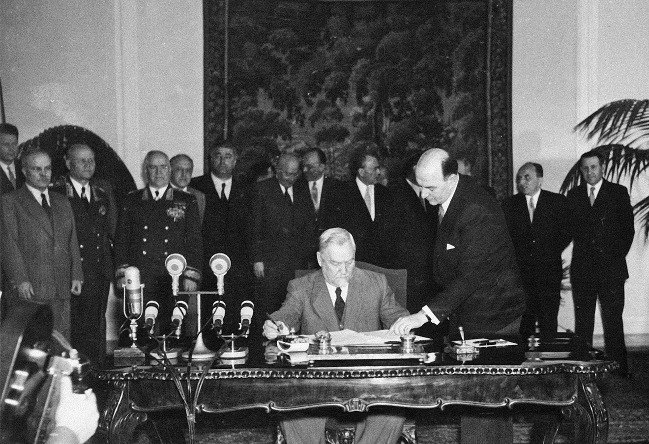 Н. Булганин подписывает Варшавский договор 14 мая 1955