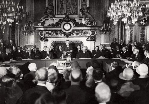 А. Бриан при подписании пакта Келлогга—Бриана