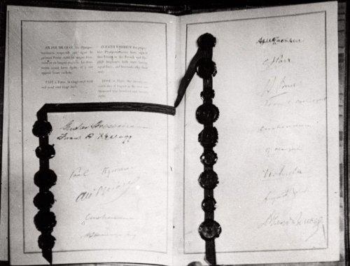 Скрепленный печатями подписанный пакт Бриана-Келлогга