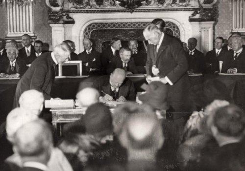 Подписание пакта Келлогга—Бриана Г. Штреземаном