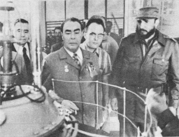 Л. И. Брежнев школе имени В. И. Ленина