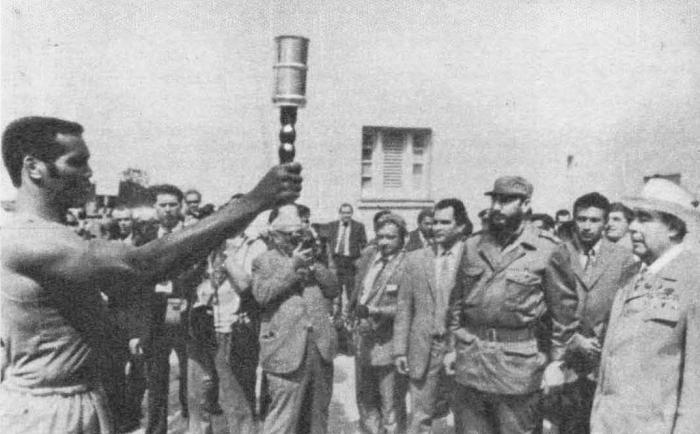 Теофило Стивенсон вручает товарищу Л. И. Брежневу факел, который кубинские спортсмены пронесли по маршруту патриотов, атаковавших казарму Монкада