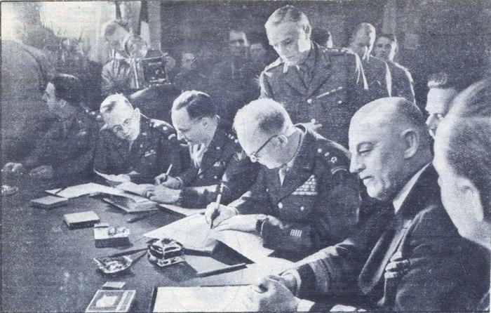 Д. Эйзенхауэр подписывает Декларацию о поражении Германии. 5 июня 1945