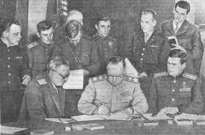Г. К. Жуков подписывает Декларацию о поражении Германии. 5 июня 1945