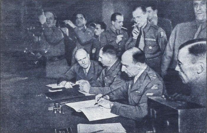 Делатр де Тассиньи подписывает Декларацию о поражении Германии. 5 июня 1945
