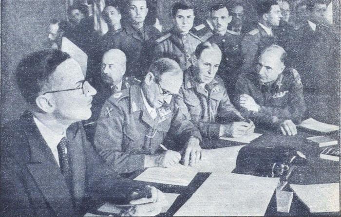 Б. Л. Монтгомери подписывает Декларацию о поражении Германии. 5 июня 1945