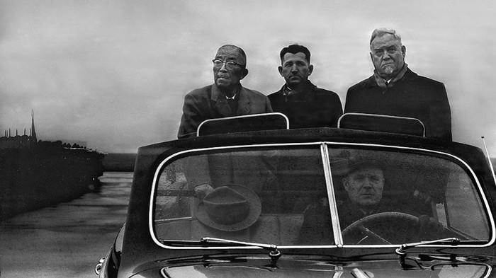 Ициро Хатояма и Н. А. Булганин в автомашине направляются из аэропорта в Москву. 1956